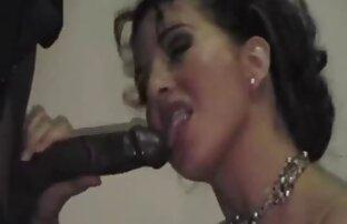 Hottie rubia con tetas enormes da placer a su porno amateu latino coño afuera